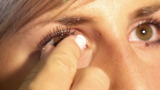 vídeos de stock e filmes b-roll de contacto lense remoção - contacts