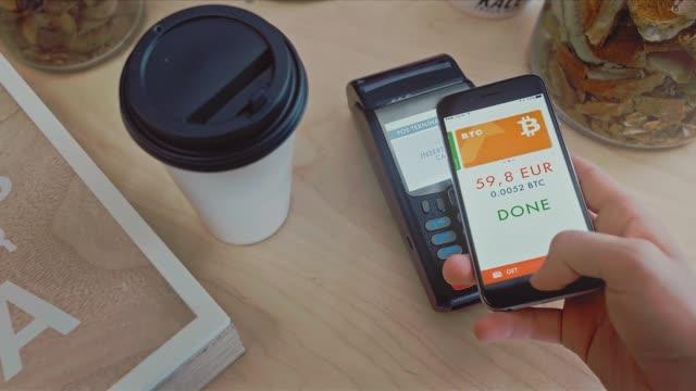 vidéos et rushes de paiement sans contact par téléphone. stock. paiement pour l'achat de bitcoins. paiement mobile, concept de magasinage en ligne - bitcoin