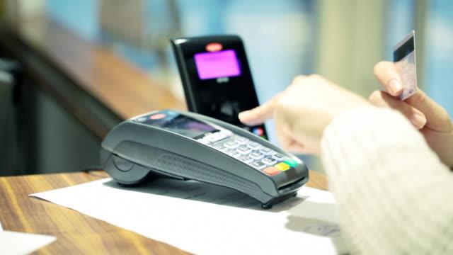 vídeos de stock e filmes b-roll de pagamento sem contacto - paying with card contactless