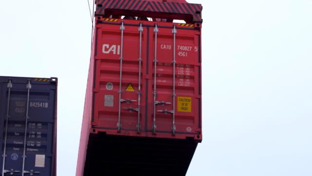 vidéos et rushes de chargement de conteneurs au port - abaisser
