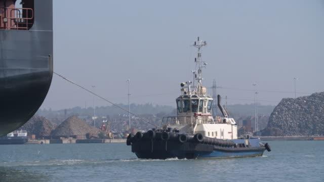 container ship at southampton docks - rimorchiatore video stock e b–roll