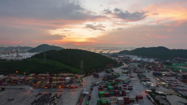 container fartyg i import export och business logistic, fraktgods till harbor, internationella transporter, affärslogistik koncept och oljeraffinaderi vid solnedgången tid - shipping sunset bildbanksvideor och videomaterial från bakom kulisserna