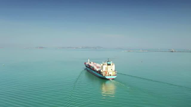 vídeos de stock, filmes e b-roll de navio de contêineres no mar - navio tanque embarcação industrial