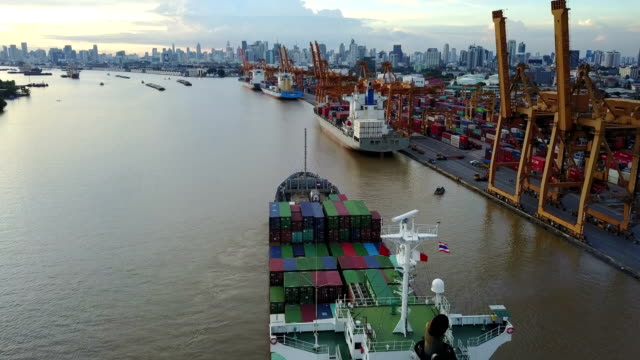 4K Containerschiff im Hafen in Bangkok – Video