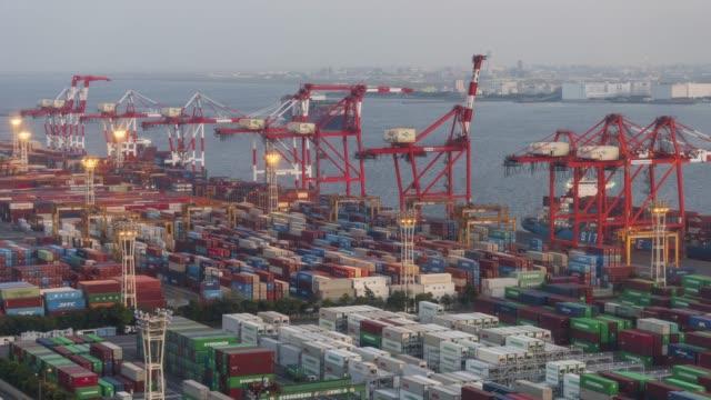 vídeos de stock, filmes e b-roll de navio porta-contentores em tóquio - dia de lapso de tempo-noite - porto distrito