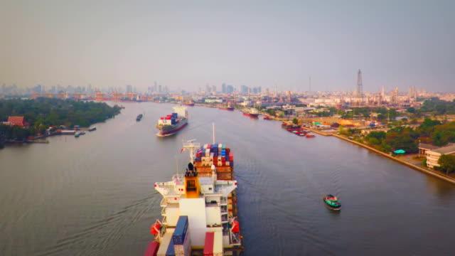 veduta aerea contenitore nave sul fiume chao phraya - fiume chao phraya video stock e b–roll