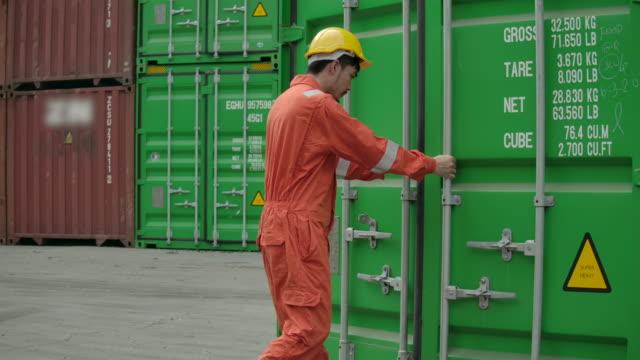 containerterminal anställda öppna rutan behållare. - wine box bildbanksvideor och videomaterial från bakom kulisserna