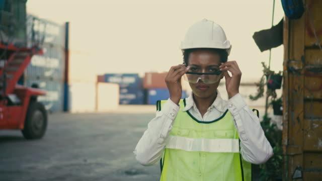 vídeos de stock, filmes e b-roll de funcionários de terminal de contêineres colocam óculos de proteção e cruzam os braços em porto de transporte - vinho do porto
