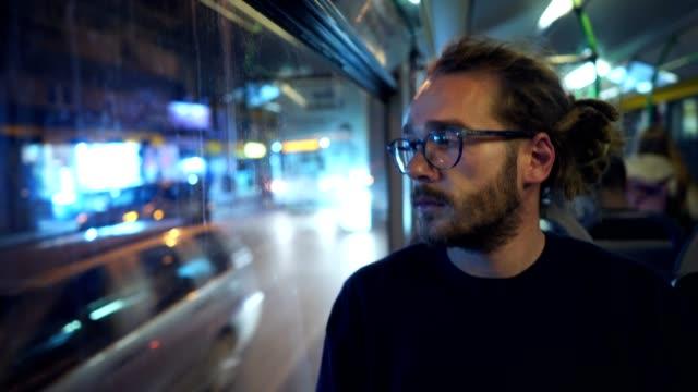 バスで旅行する考え人 - あごヒゲ点の映像素材/bロール