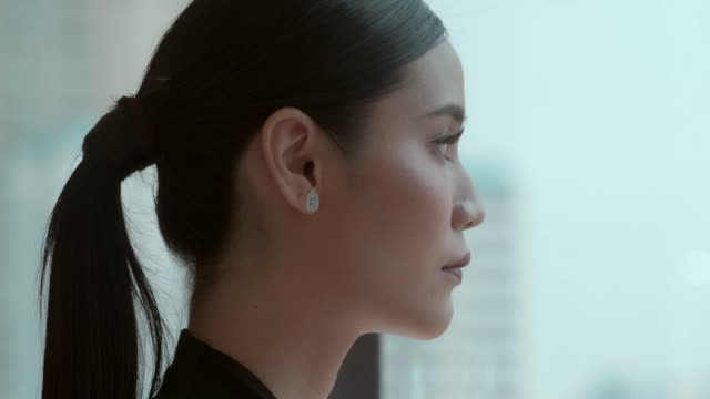 contemplative asian business woman - direttrice video stock e b–roll