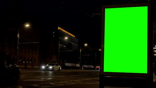 vídeos y material grabado en eventos de stock de caja de luz verde contemporánea contra coches y edificios - póster