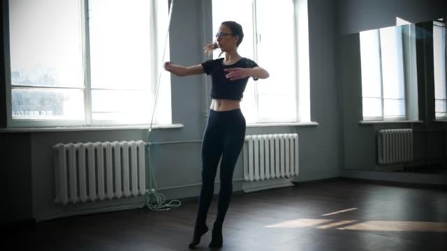 samtida glad balett dansare kaukasisk kvinna - piruett bildbanksvideor och videomaterial från bakom kulisserna