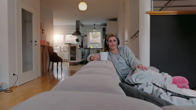 満足しました 女性音楽を聴くご自宅で - 広角撮影点の映像素材/bロール