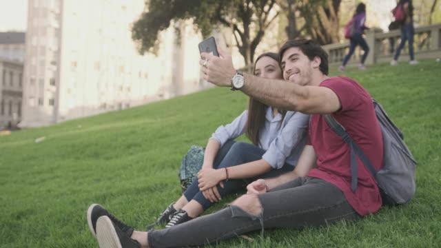 Tevreden jonge toeristen die Smart Phone gebruiken om een Selfie te maken video