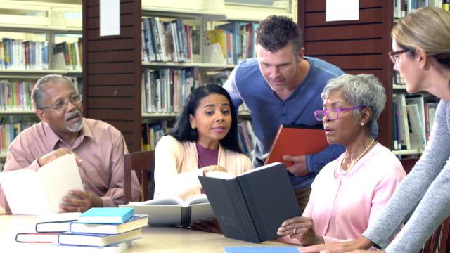 stockvideo's en b-roll-footage met doorlopende-onderwijs klasse in bibliotheek - student