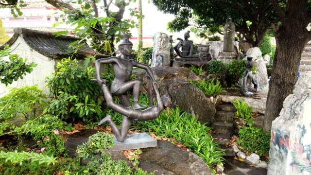 contorting hermits figurines depicting yoga postures in wat pho temple, bangkok - cultura tailandese video stock e b–roll