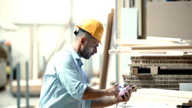 vídeos y material grabado en eventos de stock de cifras de negocio cálculo de contratista. - obrero de la construcción