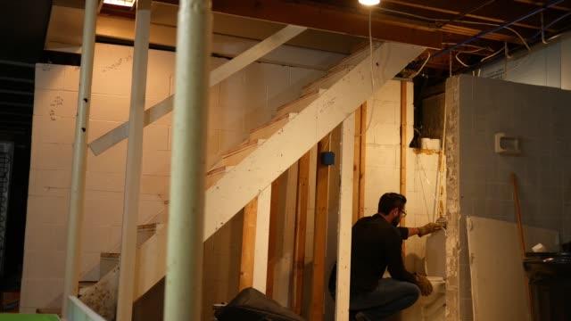 vídeos y material grabado en eventos de stock de contratista o plomero mira higiénico agujereado durante una remodelación hogar - imperfección