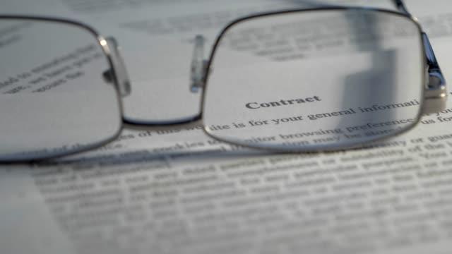 kontraktsenligt dokument juridiskt bindande villkor villkor lagen konceptuella - lagbok bildbanksvideor och videomaterial från bakom kulisserna
