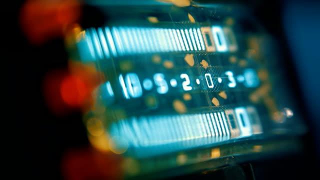 kontrolle audio-meter von jahrgang bänder deck recorder. makro - aufnahmestudio stock-videos und b-roll-filmmaterial