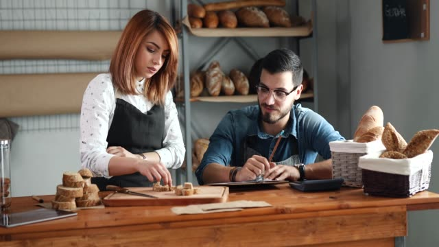vidéos et rushes de contrôle qualité en boulangerie - boulanger