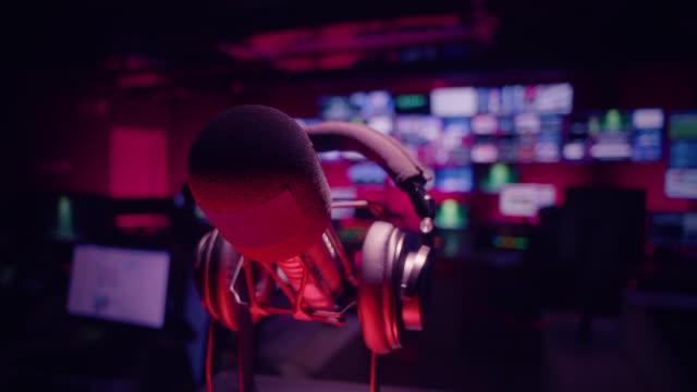 kontrollraum im fernsehstudio - rundfunk und rundfunk - aufnahmestudio stock-videos und b-roll-filmmaterial
