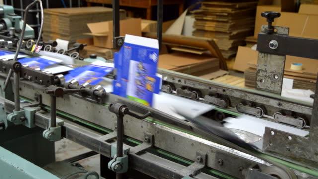 nastro trasportatore in fabbrica di confezionamento e stampa - packaging video stock e b–roll