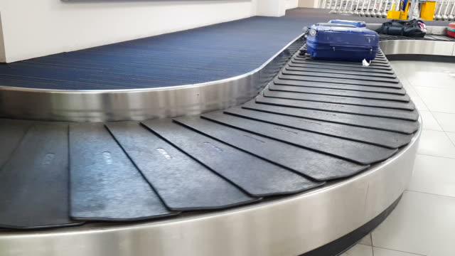 conveyor belt in arrivals lounge at the airport - a quadri video stock e b–roll