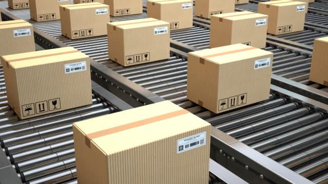 vídeos de stock e filmes b-roll de conveyor belt with rows of cardboard boxes. dekivery, warehouse or production line concept. loopable - cardboard box