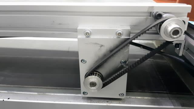 倉庫の段ボールに対する生産ラインのコンベア宅配便ボックスします。 ビデオ