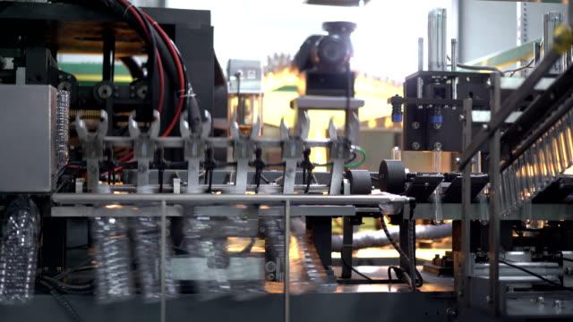 transportband i fabrik för tillverkning av plastflaskor. - pet bottles bildbanksvideor och videomaterial från bakom kulisserna