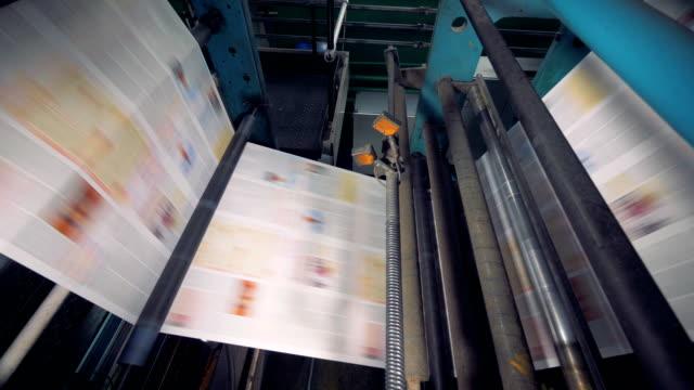 vidéos et rushes de convoyeur avec nombreux journaux fraîchement imprimés. 4k. - presse