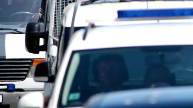 hd-конвой полиции.  крупный-up - колонна стоковые видео и кадры b-roll