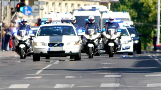 hd-конвой полиции - колонна стоковые видео и кадры b-roll