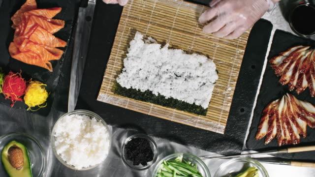 竹マットの形成の寿司を調理します。 - 飲食店点の映像素材/bロール