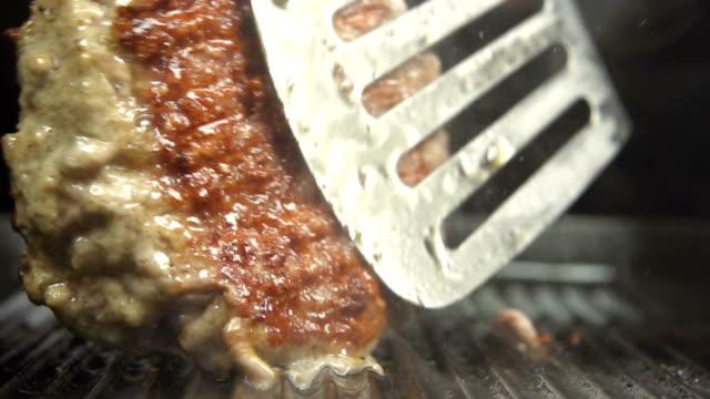 cucinare mani curva su una padella con olio di nerbo è splash - chef triste video stock e b–roll