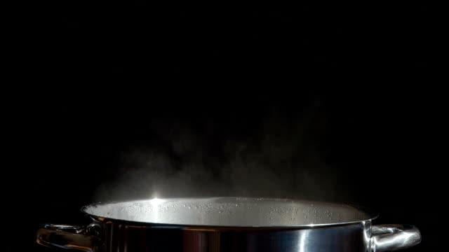 鍋から蓋をまでおすすめ料理 - 蒸気点の映像素材/bロール