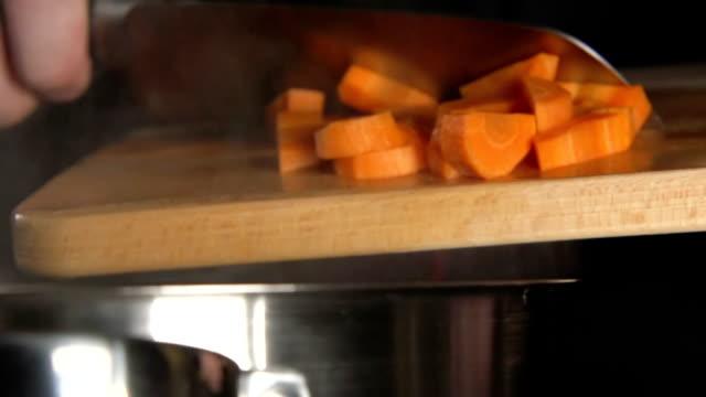 lento : cuocere plaid a fettine di carota (primo piano) - chef triste video stock e b–roll