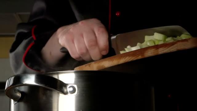 lento : cuocere plaid a fettine di sedano in un steel pan - chef triste video stock e b–roll