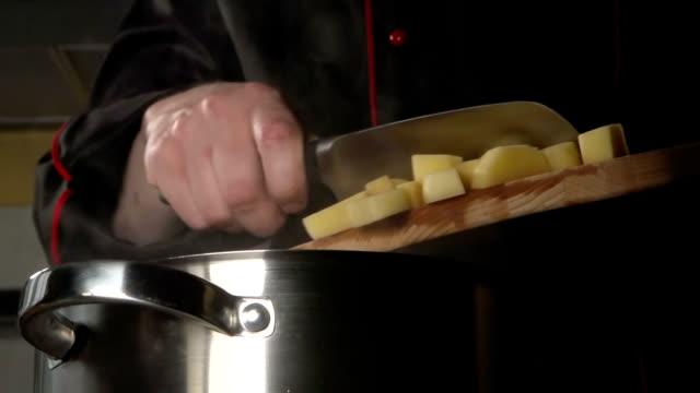 lento : cuocere plaid a fette di patata in un steel pan - chef triste video stock e b–roll