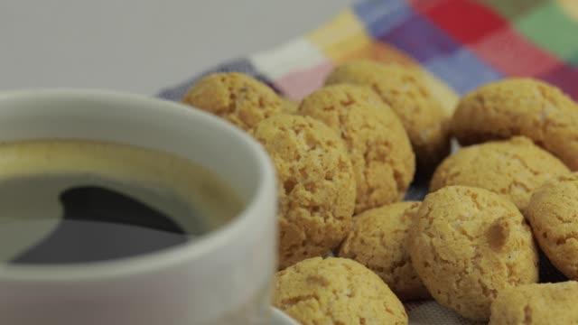 stockvideo's en b-roll-footage met koekje en kop koffie. kruidnoten, pepernoten, traditionele snoepjes, strooigoed - pepernoten
