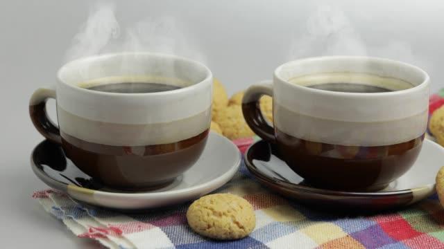 stockvideo's en b-roll-footage met cookie en twee kopjes koffie. kruidnoten, pepernoten, strooigoed - pepernoten