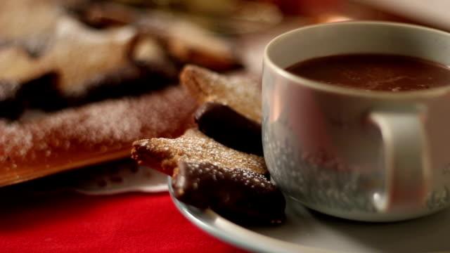 dolly hd: biscotti e cioccolato caldo a natale - cioccolata calda video stock e b–roll