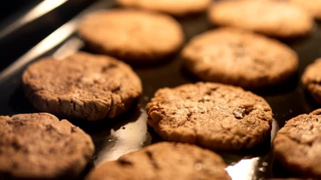 cookies im ofen - vollkorn stock-videos und b-roll-filmmaterial