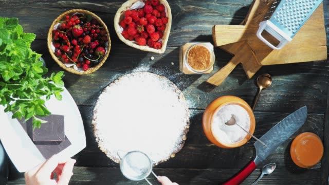 新鮮な果実とケーキを調理 - 叙情的な内容点の映像素材/bロール