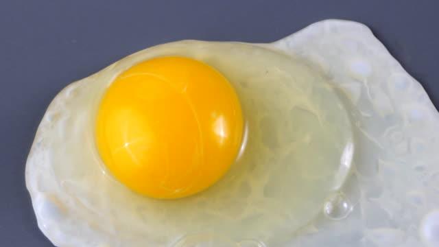 gotowania jajko - płyta do pieczenia filmów i materiałów b-roll