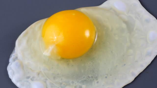 gotowania jajko. - płyta do pieczenia filmów i materiałów b-roll