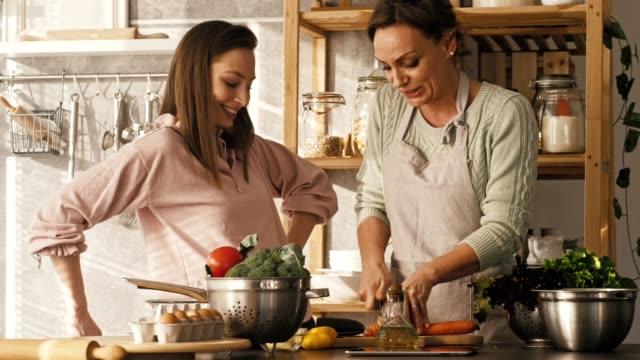 vídeos de stock e filmes b-roll de cooking and bonding - cortar atividade