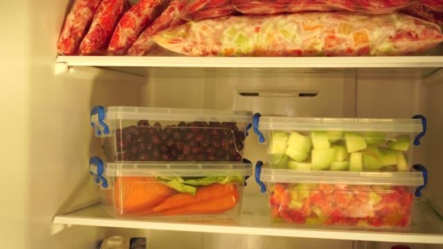 kochen und einfrieren von gemüse und obst - gefrierkost stock-videos und b-roll-filmmaterial