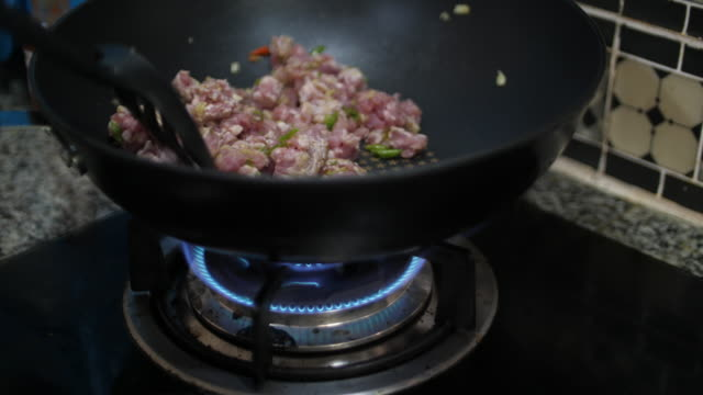vídeos y material grabado en eventos de stock de slo mo cocinar en casa - padre que se queda en casa